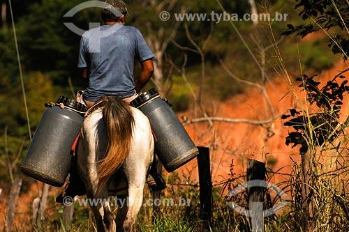 Assunto: Produtor rural transportando de leite à cavalo Estrada entre Santo Antonio de Pádua e Paraoquena - Noroeste Fluminense - RJ / Data: 06/2008