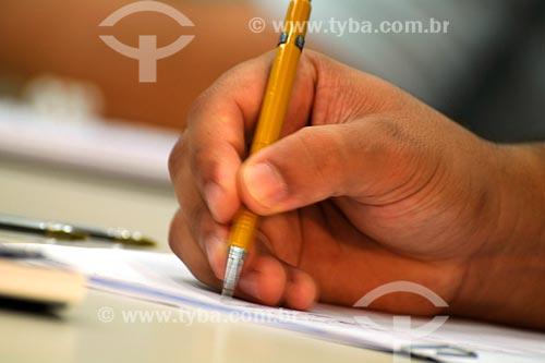 Assunto: Mão escrevendo com lapiseira