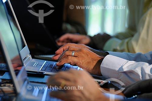 Assunto: Mãos digitando em teclado de laptop