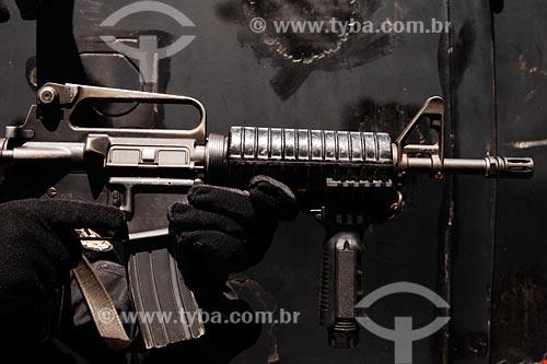 Assunto: Policial do Bope (Batalhão de Operações Especiais da Polícia Militar empenhando arma em frente a carro blindado (caveirão) / Local: Entre Morro Pereirão e Tavares Bastos - Rio de Janeiro - RJ / Data: 07/2008