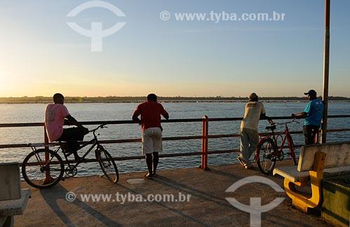 Assunto: Pessoas admirando vista para a confluência dos rios Tocantins e Araguaia - Orla Sebastião Miranda - Bairro Santa Rosa / Local: Marabá - PA