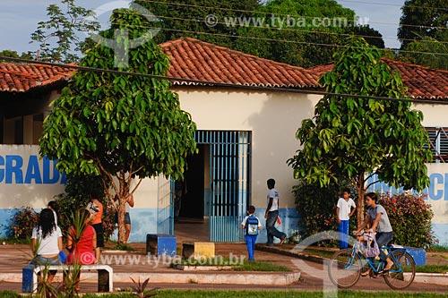Assunto: Jovens na porta da Escola Unidade Integrada Gumercindo Paixão Fernandes / Local: Miranda do Norte - MA / Data: 08/2008
