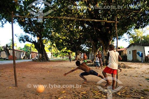 Assunto: Crianças jogando futebol de varzea (pelada) -  Quilombolas do Povoado de Recurso / Local: Santa Rita - MA / Data: 08/2008