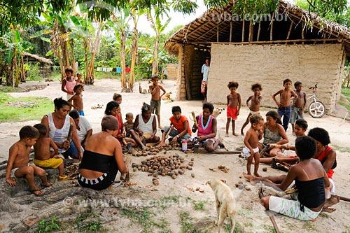 Assunto: Povoado Água Preta - Quebradeiras de coco de babacú / Local: Miranda do Norte - MA / Data: 08/2008