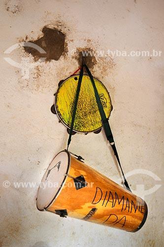 Assunto: Pandeiro e atabaque pendurados em parede / Local: Bairro das Laranjeiras - Açailandia - MA / Data: 08/2008
