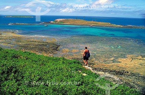 Assunto: Homem caminhando perto de corais / Local: Parque Nacional Marinho dos Abrolhos - BA / Data: 08/2006