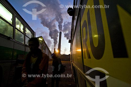 Assunto: Transporte de bóias frias para os campos de cana-de-açúcar ao amanhecer / Local: Cosmópolis - SP / Data: Maio 2008