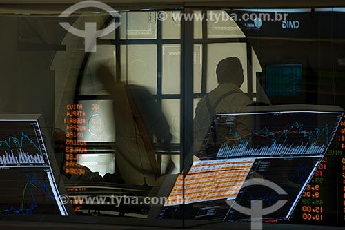 Assunto: Painel eletrônico de cotações da bolsa de valores de São Paulo (BOVESPA) refletido em vidro com operadores de mercado ao fundo / Local: São Paulo - SP / Data: 09/2008
