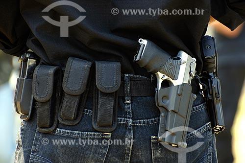 Assunto: Detalhe de cinto de policial civil com armas e carragadores (pentes) / Local: Estande de tiro da polícia civil - Cajú - Rio de Janeiro - RJ / Data: 09/2008