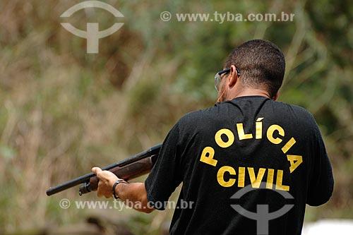 Assunto: Policial com calibre doze (escopeta) / Local: Estande de tiro da polícia civil - Cajú - Rio de Janeiro - RJ / Data: 09/2008