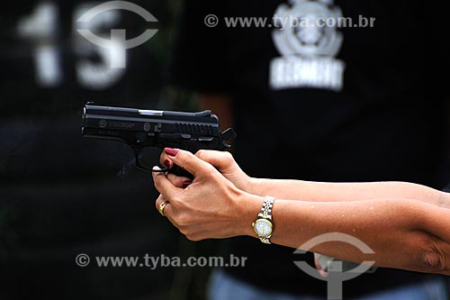 Assunto: Policial civil feminina segurando arma durante treinamento de tiro / Local: Estande de tiro da polícia civil - Cajú - Rio de Janeiro - RJ / Data: 09/2008