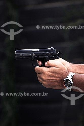 Assunto: Policial civil segurando arma durante treinamento de tiro / Local: Estande de tiro da polícia civil - Cajú - Rio de Janeiro - RJ / Data: 09/2008