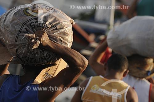 Assunto: Homem carregando saco no Mercado Ver o Peso / Local: Belém (PA) / Data: Outubro de 2008
