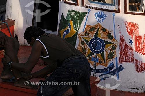 Assunto: Símbolo da República Federativa do Brasil aplicado em uma embarcação no Mercado Ver o Peso / Local: Belém (PA) / Data: 13 de Outubro de 2008