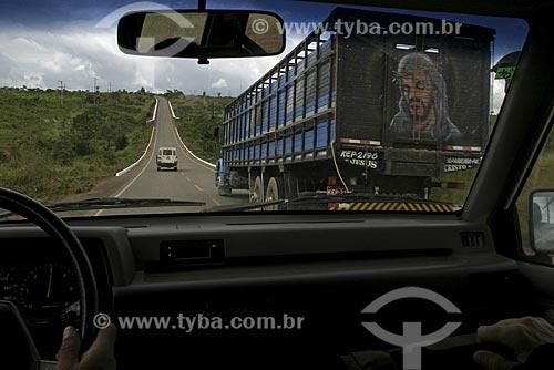 Assunto: Ultrapassagem de um caminhão de transporte de gado / Local: Amazônia / Data: 14 de Maio de 2005