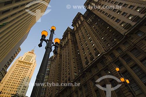 Assunto: Centro da cidade mostrando poste de iluminação pública e o edificio Martinelli à direita / Local: São Paulo - SP / Data: Junho de 2006