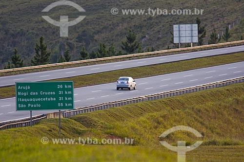 Assunto: Automóvel correndo na Rodovia Ayrton Senna / Local : Mogi das Cruzes - SP / Data : Junho 2006