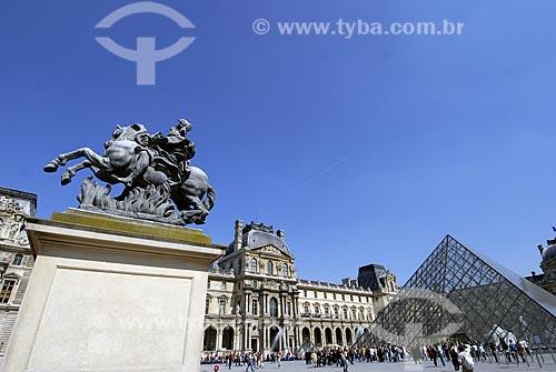 Assunto: Museu do Louvre (Musée du Louvre) e pirâmide / Local: Paris - França / Data: 19 de Abril de 2007