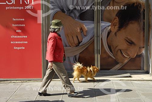 Assunto: Pessoa passeando com animal de estimação / Local: Paris - França / Data: 19 de Abril de 2007