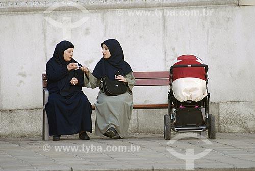 Assunto: Turistas mulçumanos fumando em Viena / Local: Viena - Áustria / Data: 21 de Abril de 2007