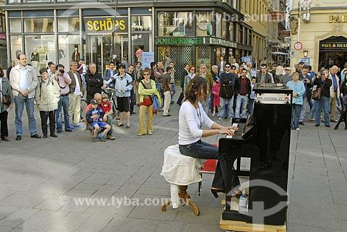 Assunto: Pessoa se apresentando rua Graben no centro de Viena / Local: Viena - Áustria / Data: 21 de Abril de 2007