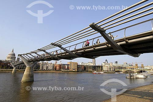 Assunto: Millennium footbridge - Catedral St. Paul ao fundo / Local: Londres - Inglaterra / Data: 28 de Abril de 2007