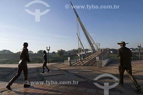 Assunto: Passarela Joaquim Macedo e as estátuas em homenagem aos trabalhadores de Rio Branco (obra de Christina Motta), em frente  Mercado Velho / Local: Rio Branco (AC) / Data: 16 de Julho de 2008
