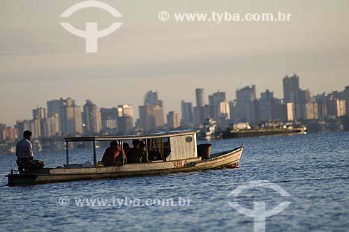 Assunto: Barco na Baía de Guajará com a cidade de Belém ao fundo / Local: Belém (PA) / Data: 18 de Julho de 2008