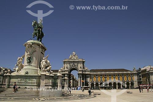Assunto: Praça do Comércio, estátua equestre de D. Manuel com Arco Triunfal ao fundo / Local: Lisboa - Portugal / Data: 24 de Julho de 2006