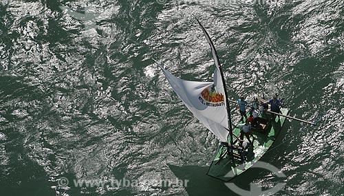 Assunto: Pescadores voltando da pesca em uma jangada / Local: Fortaleza (CE) / Data: 22 de Julho de 2008