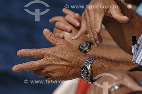 Assunto: Mãos gesticulando / Local: Nazaré das Farinhas - Salvador(BA) / Data: 18 de Julho de 2008