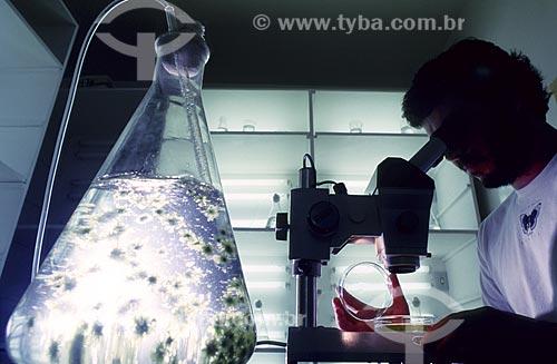 Assunto: Pesquisador em laboratório no Jardim Botânico / Local: Rio de Janeiro - RJ - Brasil / Data: 1994