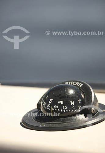 Assunto: Detalhe de uma bússola em um barco de transporte de pessoal na Baía de Guanabara / Local: Rio de Janeiro - RJ - Brasil / Data: Fevereiro de 2009