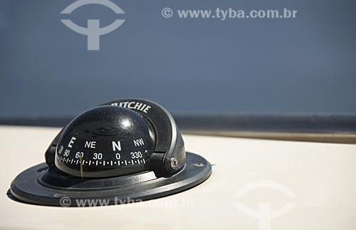 Assunto: Detalhe de bússola em um barco de transporte na Baía de Guanabara Local: Rio de Janeiro - RJ - Brasil / Data: Fevereiro de 2009