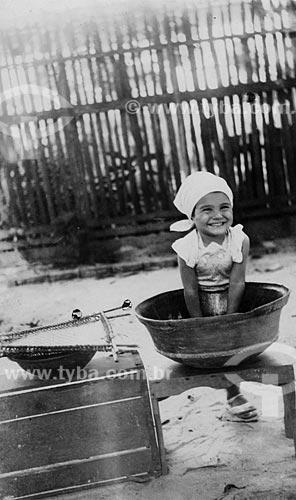 Assunto: Criança brincando no tacho de açaí (Maria Evangelina Rodrigues de Almeida) / Local: Belém - Pará / Data: anos 30