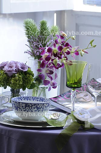 Assunto: Taças de cristal, arranjo de flores e louça de chá sobre mesa / Local: Rio de Janeiro - RJ - Brasil / Data: Maio de 2008