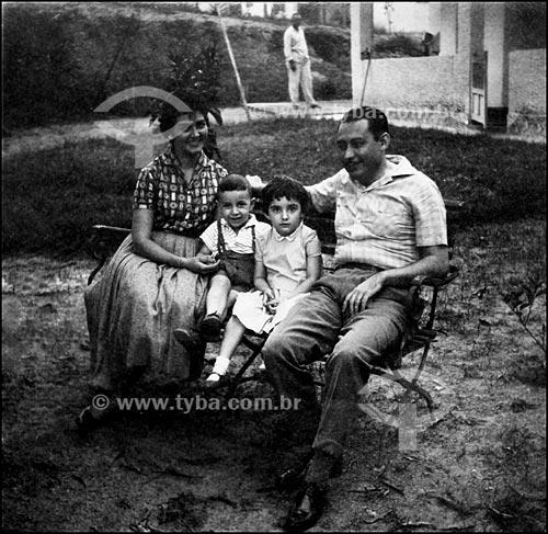 Assunto: Retrato de família no quintal de casa (Família Reis dos Santos)Local: Engenho Novo - Rio de Janeiro - RJData: 1956