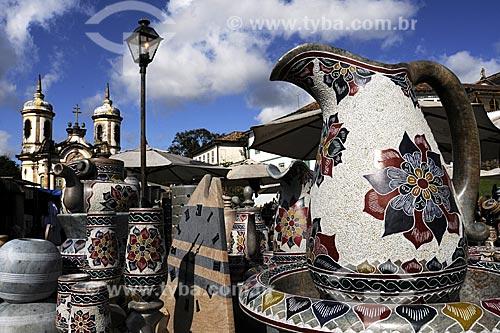 Assunto: Feira de artesanato em pedra sabão com Igreja de São francisco de Assis ao fundo / Local: Ouro Preto - Minas Gerais (MG) - Brasil / Data: 21/04/2009