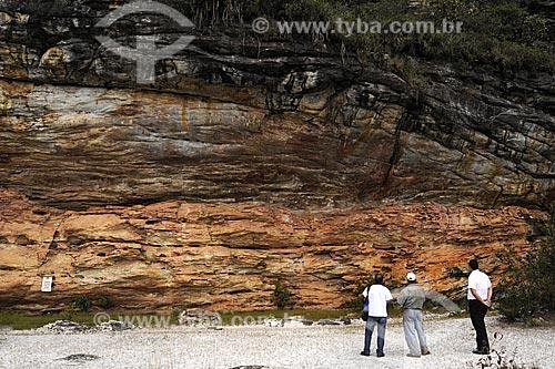 Turistas observando as pinturas rupestres no  Sítio Arqueológico Pedra Pintada  - Barão de Cocais - Minas Gerais - Brasil