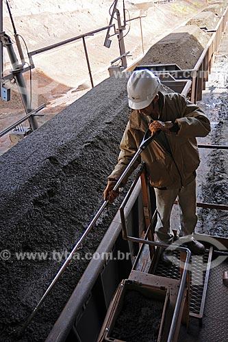 Mina Brucutu da Companhia Vale, uma das maiores reservas do Quadrilátero Ferrífero, operários fazendo coleta de amostra para análise de qualidade do minério de ferro  - São Gonçalo do Rio Abaixo - Minas Gerais - Brasil