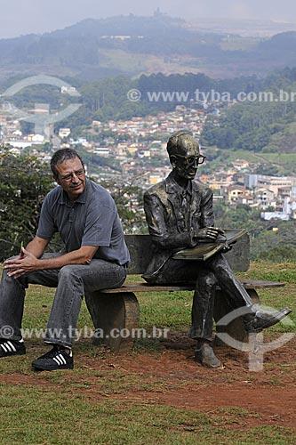 Assunto: Fotógrafo Rogério Reis junto à estátua no Memorial Carlos Drummond de Andrade com a cidade ao fundo / Local: Itabira - Minas Gerais - Brasil / Data: 25/04/2009