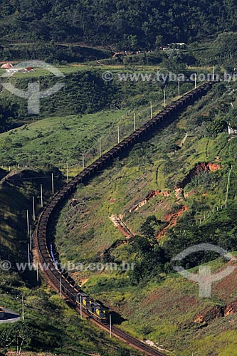 Assunto: Trem carregado de Minério de Ferro Visto do Mirante Alto do Cristo / Local: Itabirito - Minas Gerais (MG) - Brasil / Data: 18-04-2009
