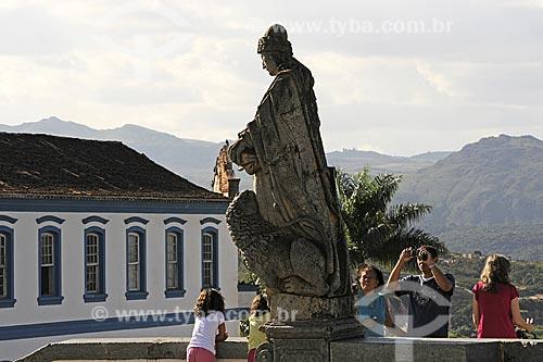 Turistas no Santuário de Bom Jesus de Matosinhos  com as esculturas dos doze profetas em pedra-sabão de Aleijadinho (Antônio Francisco Lisboa)  - Congonhas - Minas Gerais - Brasil