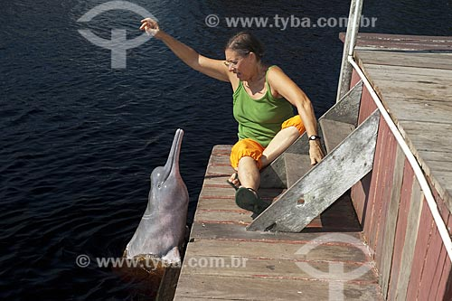 Assunto: Cecília Marigo atraindo um boto-vermelho (Inia geoffrensis) no rio Negro, em Novo Airão / Local: Rio Negro - Amazonas (AM) - Brasil / Data: Julho 2007