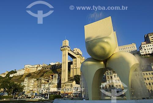 Assunto: Elevador Lacerda visto a partir da praça Visconde de Cairu com escultura de Mario Cravo em primeiro plano / Local: Salvador - Bahia (BA) - Brasil / Data: Fevereiro de 2006