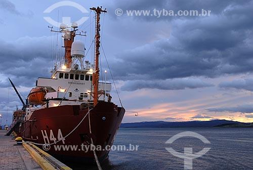 Assunto: Navio oceanográfico Ary Rongel no porto de Ushuaia ao pôr-do-sol (10:40 PM) no verão / Local: Ushuaia - Argentina / Data: 11/ 2008