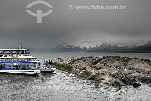 Assunto: Passeio de catamarã à Isla Los Lobos e ao farol do fim do mundo pelo Canal de Beagle. Turistas admirando lobos e leões marinhos / Local: Ushuaia - Argentina / Data: 11/ 2008