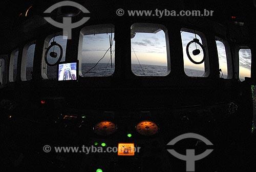 Assunto: Passadiço do Navio Oceanográfico Ary Rongel; local onde se comanda e manobra o navio e seus instrumentos de navegação. Ao fundo sol da meia noite / Local: Mar de Drake - Hemisfério Sul / Data: 11/2008