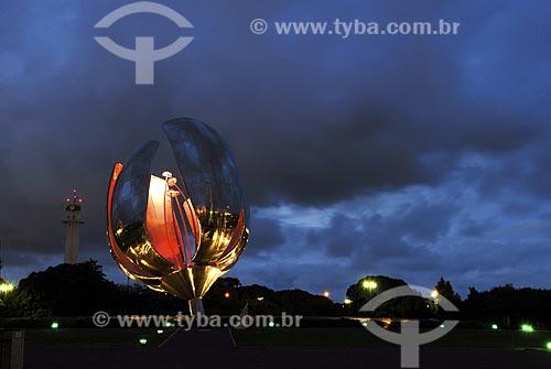 Assunto: Floralis, escultura metálica que abre e fecha de acordo com a luz e hora do dia / Local: Recoleta - Buenos Aires - Argentina / Data: Fevereiro de 2008