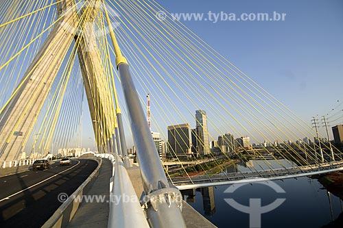 Ponte Octavio Frias de Oliveira. Esta é uma ponte estaiada sobre o Rio Pinheiros, que liga a zona oeste com a zona sul da cidade. É também a única ponte no mundo com duas pistas em curva suportadas por um único mastro de concreto  - São Paulo - São Paulo - Brasil